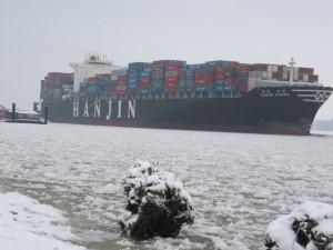 Containerschiff auf der eisigen Elbe